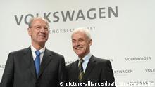 10.12.2015 +++ Matthias Müller (r), Vorstandsvorsitzender der Volkswagen AG, und Hans Dieter Pötsch, Aufsichtsratsvorsitzender der Volkswagen AG, kommen am 10.12.2015 zu einer Pressekonferenz von Volkswagen in Wolfsburg (Niedersachsen). Volkswagen informiert auf einer Pressekonferenz zu den aktuellen Entwicklungen im Konzern. Foto: Julian Stratenschulte/dpa +++(c) dpa - Bildfunk+++ +++ (C) picture-alliance/dpa/J. Stratenschulte