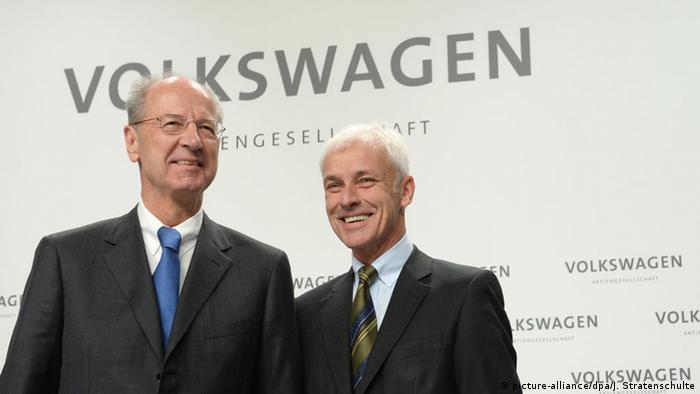 Глава Volkswagen Маттиас Мюллер (справа) и председатель наблюдательного совета Ханс-Дитер Пётч