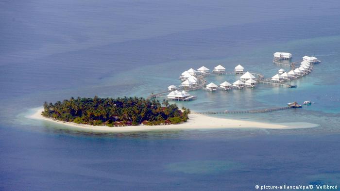 A tiny island in the Maldives (Photo: Bernd Weißbrod/dpa)