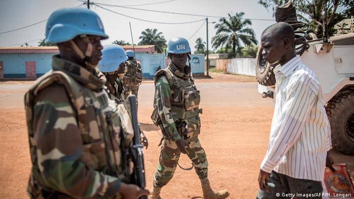 Zentralafrikanische Republik Menschen in der Hauptstadt Bangui UN Blauhelme (Getty Images/AFP/M. Longari)