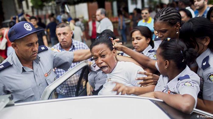 Una Dama de Blanco está arrestada mientras protesta para el Día Internacional de los Derechos Humanos. La Habana, Diciembre 2015 - Festnahmen (Reuters)