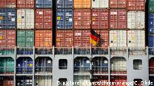 Containerfrachter Savannah Express am Containerterminal Altenwerder in Hamburg, Deutschland picture-alliance/chromorange/C. Ohde