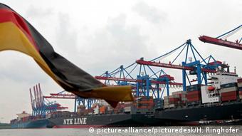 Немецкий флаг на фоне контейнерных судов