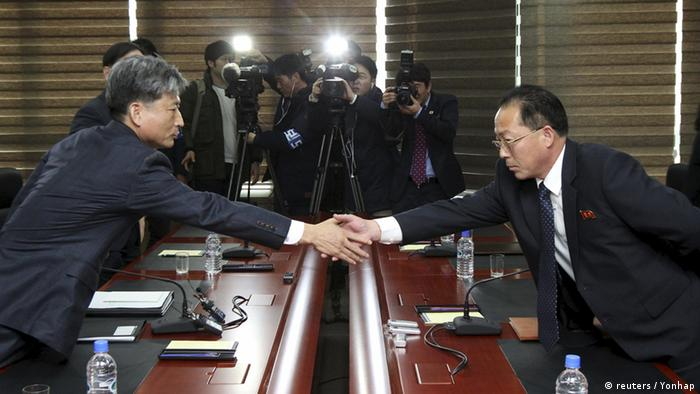 South Korean Vice Unification Minister Hwang Boogi (L) shakes hands with his North Korean counterpart Jon Jong Su during their meeting at the Kaesong Industrial Complex in Kaesong, North Korea, December 11, 2015 (Photo: REUTERS/Korea Pool/Yonhap)