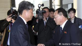 South Korean Vice Unification Minister Hwang Boogi shakes hands with his North Korean counterpart Jon Jong Su before their meeting at the Kaesong Industrial Complex in Kaesong, North Korea, December 11, 2015 (Photo: REUTERS/Korea Pool/Yonhap)