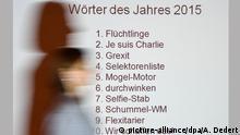 11.12.2015 Eine Projektion listet am 11.12.2015 am Rande einer Pressekonferenz der Gesellschaft für deutsche Sprache (GfdS) in Wiesbaden (Hessen) die Rangfolge der Wörter des Jahres 2015. «Flüchtlinge» ist zum Wort des Jahres 2015 gekürt worden. Die Jury hatte aus rund 2500 Vorschlägen einen Begriff gewählt, der das politische, wirtschaftliche und gesellschaftliche Leben eines Jahres sprachlich besonders bestimmt hat. picture-alliance/dpa/A. Dedert