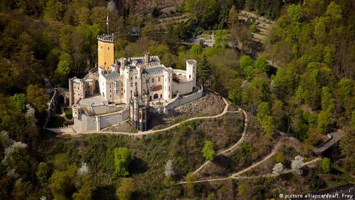 Не внушителен, а елегантен: такова било изискването на пруския владетел Фридрих Вилхелм Четвърти, който пожелал да му бъде построен рицарски замък край Рейн. За строителството той ангажира най-известния архитект на времето си: през 1823 год. Карл Фридрих Шинкел превръща руината в пруска лятна резиденция. Днес Щолценфелс е истински синоним на рейнската романтика.