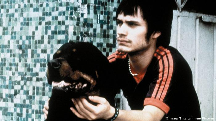 film still Amores Perros man and dog (Imago/Entertainment Pictures)
