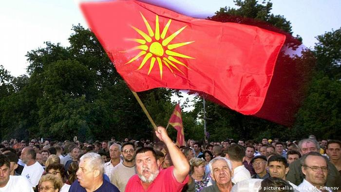 Macedonia's former flag showing Vergina Sun (picture-alliance/dpa/M. Antonov)