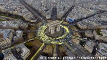 11.12.2015 *** This photo provided by environmental group Greenpeace shows the Arc de Triomphe roundabout painted with yellow by activists, Friday, Dec.11, 2015. The protest is one of many activist actions linked to the COP21, the United Nations Climate Change Conference. (Greenpeace via AP) picture-alliance/AP Photo/F. Mori