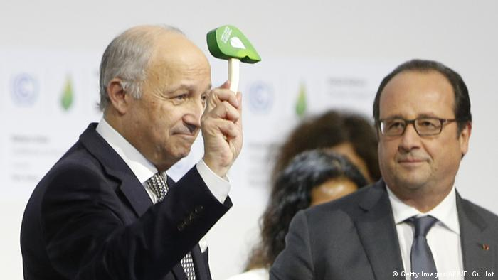 El ministro de Asuntos Exteriores, Laurent Fabius (iqzda.) y el entonces presidente francés, Francois Holland durante la COP 21 en París.