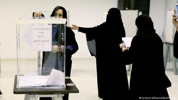 Kadınlara seçme ve seçilme hakkı en son Suudi Arabistan'da tanındı. Suudi kadınlar ilk defa 2015 yılındaki yerel seçimlerde sandığa gidebildiler ve ilk kez bir kadın, belediye meclisine seçildi. Fakat kadınların seçimlerde kampanya yapmasına izin verilmedi.