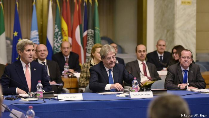 John Kerry (i), Secretario de Estado de EE. UU., Paolo Gentiloni (c), ministro de Exteriores de Italia, y Martin Kobler (d), enviado especial de la ONU, toman parte en la conferencia.