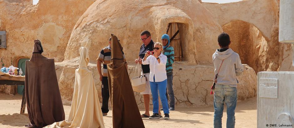 Turistas em meio a antigo set de filmagens em Onq Jmel, Tunísia
