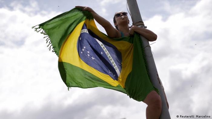 Mulher vestida com a bandeira do Brasil
