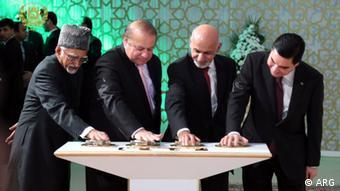 Nawaz Sharif, Ashraf Ghani und Vertreter Indiens und Turkmenistans bei der Eröffnung des TAPI Gaspipeline Projekts in Turkmenistan 2015 (Foto: ARG)