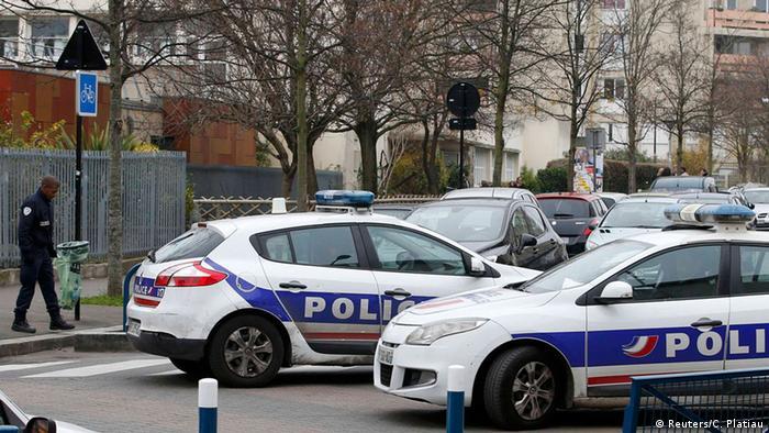 استقرار پلیس در اطراف مدرسهای که معلمش مورد حمله قرار گرفت