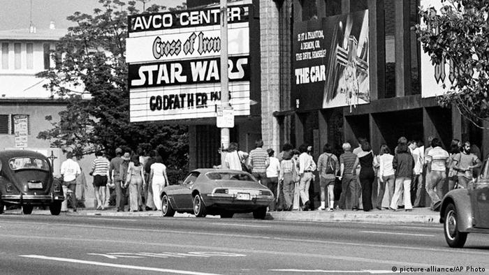 Audiences in Los Angeles wait in line to see Star Wars in 1977 (picture-alliance/AP Photo)