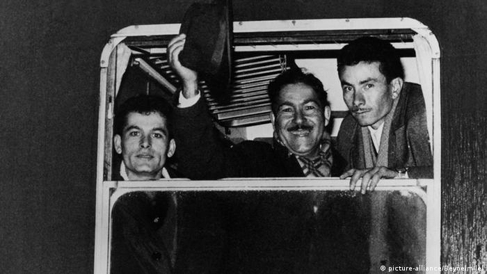 Der türkische Tabakzüchter Mehmet Ali (M.) aus einem Dorf nahe Izmir bricht im Februar 1966 nach Deutschland auf