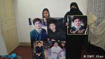 Family members(Mother and sister) of Mubeen shah killed in attack on APS in Peshawar on 16 Dec 2014 (Photo: DW/Faridullah Khan)