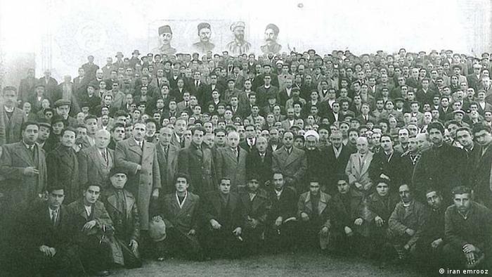 گروهی از رهبران و فعالان فرقه دموکرات آذربایجان زیر تصاویری از ستارخان، خیابانی، باقرخان و حیدر عمواوغلی