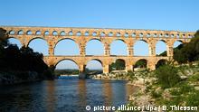 ***26.04.2011/// Das römische Aquädukt Pont du Gard über dem Fluss Gardon nahe der Ortschaft Remoulins in Frankreich, aufgenommen am (26.04.2011). Die Brücke versorgte das nahegelegene Avignon mit Trinkwasser und zählt zum Weltkulturerbe der UNESCO. Foto: Bernd Thissen dpa/lnw+++ Copyright: picture alliance / dpa / B. Thiessen
