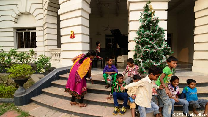 Children sit on the steps of the German Embassy in Kolkata (DW/S. Bandopadhyay)