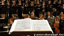ARCHIV - Ein Orchester spielt am 07.11.2014 in der Oberkirche St. Nikolai in Cottbus (Brandenburg). Das Lübecker Brahms-Festival macht sich auf die Suche nach ungarischen Einflüssen in der Musik von Brahms und anderen Komponisten. Foto: Patrick Pleul/dpa (zu dpa «Brahms-Festival sucht nach dem Ungarischen in der Musik» vom 18.04.2015) +++(c) dpa - Bildfunk+++ picture-alliance/dpa/P. Pleul