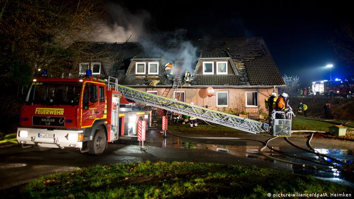 пожарные тушат общежитие для беженцев неподалеку от Гамбурга