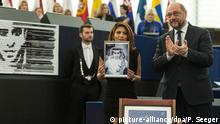 16.12.2015 ****** epa05070918 Ensaf Haidar (L), wife of jailed Saudi blogger Raif Badawi, holds a photograph of her husband next to President of the European Parliament Martin Schulz (R), in the European Parliament in Strasbourg, France, 16 December 2015. Raif Badawi, who is serving a prison term in Saudi Arabia for allegedly insulting Islam, was awarded the European Parliament's Sakharov Prize for Freedom of Thought, due to exceptional courage which had earned him 'one of his country's most gruesome punishments,' parliament President Martin Schulz has said. EPA/PATRICK SEEGER +++(c) dpa - Bildfunk+++ picture-alliance/dpa/P. Seeger
