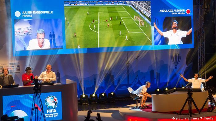 Der Sieger des FIFA Interactive World Cup 2015 Finale, Abdulaziz Alshehri (rechts) aus Saudi Arabien, jubelt am 19.05.2015 in München nach seinem 1:0 Treffer in der 1. Halbzeit. Der Franzose Julien Dassonville (links), der den zweiten Platz belegte. Nach Angaben der Veranstalter ist es das größte Videospielturnier der Welt. Es wird vom Fußball-Weltverband FIFA organisiert, Foto: Peter Kneffel/dpa