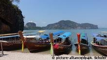 Touristenboote liegen am Strand der Insel Khao Phing Kan (James-Bond-Insel)aufgenommen am 04.03.2015. Die Insel liegt in der Bucht von Phang Nga in der Andamanensee im Süden Thailands und gehören zum Nationalpark Ao Phang Nga. Eine Szene von dem James Bond Film Der Mann mit dem goldenen Colt mit Roger Moore von 1974 wurde hier gedreht. Heute ist die Insel und der Nationalpark ein beliebtes Touristenziel. Foto: Alexandra Schuler picture-alliance/dpa/A. Schuler