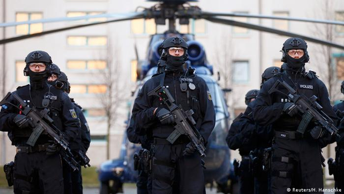 Beamte der neuen Spezialeinheit der Bundespolizei BFE+ vor einem Helikopter (Foto: Reuters/H. Hanschke)