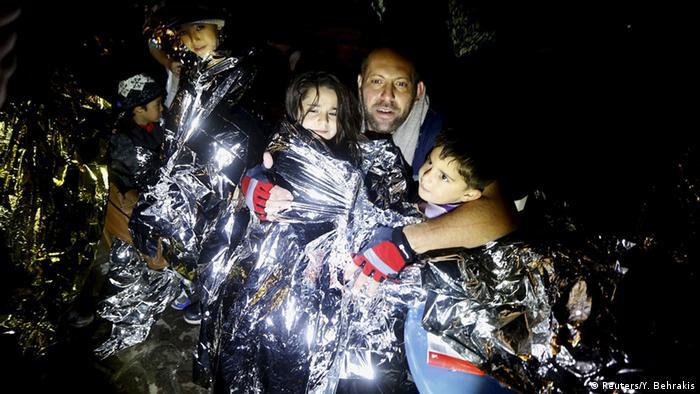 Mann und Kinder in Decke (Foto: Reuters/Y. Behrakis)