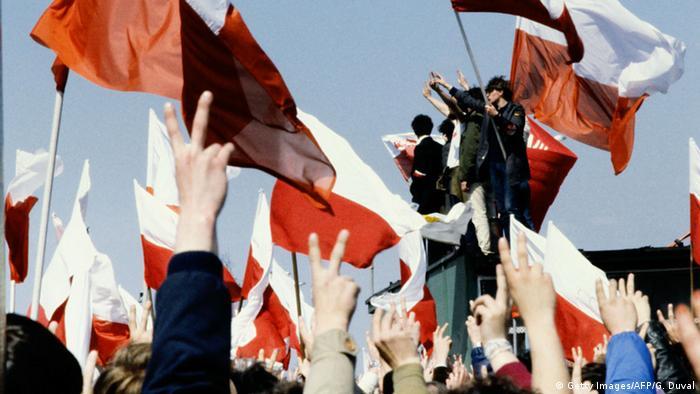 Polen Flaggen Hände zeigen V Zeichen