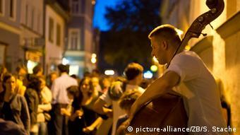 Ein Jazztrio spielt am Abend während der Fete de la Musique in der Innenstadt von Weimar, Foto: Soeren Stache/dpa
