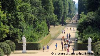 Spaziergänger laufen durch den Park von Sanssouci in Potsdam, Foto: Bernd Settnik/dpa