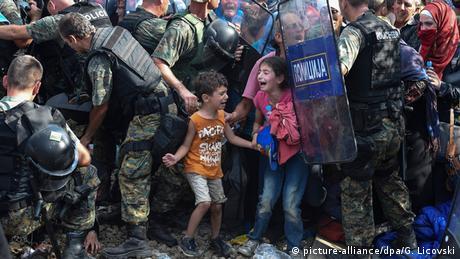 Kinder zwischen Polizisten (Foto: Georgi Licovski)