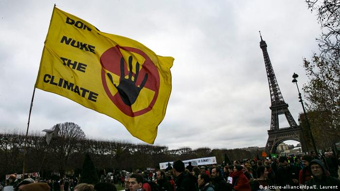 A flag stating 'Don't Nuke the Climate' (picture-alliance/dpa/E. Laurent)