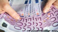 ARCHIV - ILLUSTRATION - Eine Frau zählt am 27.06.2015 in Freiburg (Baden-Württemberg) 500-Euro-Geldscheine. Foto: Patrick Seeger/dpa (zu dpa Opposition kritisiert Reformplan für Parteienfinanzierung vom 15.12.2015) +++picture-alliance/dpa/P. Seeger