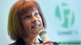 Παρά τους αρχικούς ενδοιασμούς, η γερμανίδα υφυπουργός Οικογένειας, Τρίτης Ηλικίας, Γυναικών και Νεολαίας Κάρεν Μαρκς δέχθηκε την ελληνική πρόταση