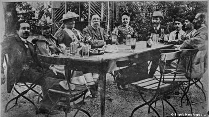 انگلس در کنار دوستان سوسیالیست خود در انترناسیونال دوم (۱۸۹۳)