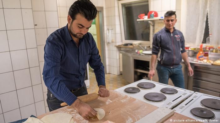 Kawa Suliman bereitet syrisches Brot zu (Foto: dpa)