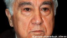 Der türkische Schriftsteller und Menschenrechtler Aziz Nesin ist in der Nacht zum 6. Juli im westtürkischen Badeort Cesme bei Izmir gestorben. Nach offiziellen Angaben erlag der 80jährige Verfasser von weit über 100 satirischen und gesellschaftskritischen Büchern und Theaterstücken einem Herzinfarkt. picture-alliance/dpa/A. Altwein