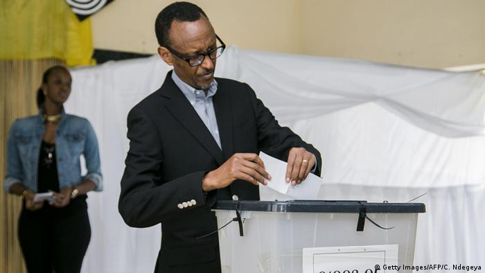 Rais Paul Kagame akipiga kura