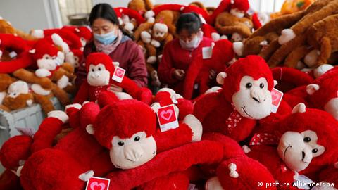 Workers in a Chinese toy factory. (picture alliance/dpa)