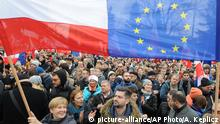 19.12.2015 *** Protesters wave Polish and European Union flags during an anti government demonstration in Warsaw, Poland, Saturday, Dec. 19, 2015. Thousands of Poles participated in demonstrations across Poland to protest moves by the new right-wing government to neutralize the Constitutional Tribunal as a check on its power. (AP Photo/Alik Keplicz) Copyright: picture-alliance/AP Photo/Alik Keplicz