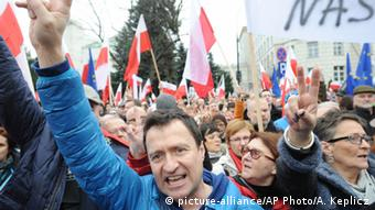 Polen, Warschau,Demonstration Anti-Regierung (picture-alliance/AP Photo/Alik Keplicz)