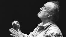 23.4.1990 Der Gewandhauskapellmeister Kurt Masur aus Leipzig dirigiert am 23. April 1990 in der Alten Oper in Frankfurt am Main. Masur erlang nicht nur Popularität durch seine künstlerischen Leistungen als Dirigent, sondern tat sich auch während des Zusammenbruchs der DDR als Oppositionssprecher hervor.