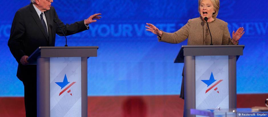 Bernie Sander e Hillary Clinton no debate dos pré-candidatos democratas